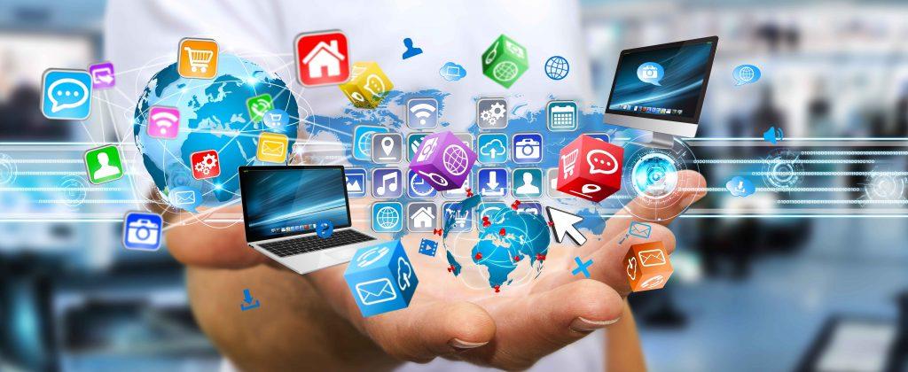 En esta imagen podemos observar como las personas tienen a mano una serie de equipos tecnológicos y aplicaciones.